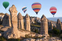 Mongolfiere variopinte che sorvolano Cappadocia, Turchia Immagine Stock