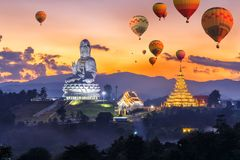 Mongolfiere variopinte che sorvolano Wat Huay Pla Kang Immagine Stock Libera da Diritti