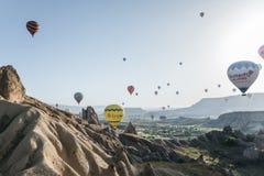 mongolfiere variopinte che volano sopra il parco nazionale del goreme, cappadocia, tacchino fotografia stock libera da diritti