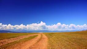 Mongolia Droga przez step w kierunku gór Sayan góry zbliża jeziornego Hovsgol w Mongolia, blisko wioski Zdjęcie Stock