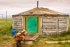 Mongolian de madera Ger y leña fotografía de archivo libre de regalías