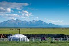 Mongolian Ger con las montañas imagenes de archivo