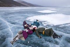 mongolian młodzi ludzie ma zabawę na zamarzniętym jeziorze Zdjęcia Royalty Free
