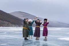 mongolian młodzi ludzie ma zabawę na zamarzniętym jeziorze Obraz Royalty Free