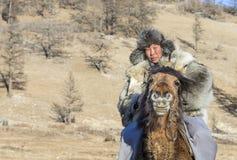 Mongolianman si è vestito in abbigliamento tradizionale su un cavallo Fotografie Stock Libere da Diritti