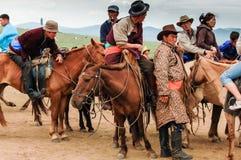 Mongolians på den Nadaam hästkapplöpningen Royaltyfri Bild
