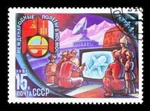 Mongolians som håller ögonen på flyg på TV, Sovjet-mongolisk rymdfart Royaltyfria Bilder
