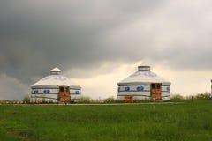 Mongolianyurts op de weide stock fotografie