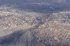 Mongoliet flyg- sikt av berg som täckas med insnöat videoen för vårmateriellängd i fot räknat Royaltyfri Fotografi