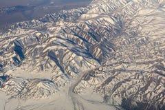 Mongoliet flyg- sikt av berg som täckas med insnöat videoen för vårmateriellängd i fot räknat Royaltyfria Bilder