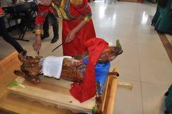 Mongoliet traditionell mat: Grillat helt lamm royaltyfria foton
