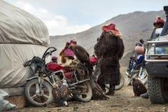 Mongoliet traditionella guld- Eagle Festival, bak platserna av händelsen: Grupp av nomad- jägare som håller ögonen på konkurrense arkivbild