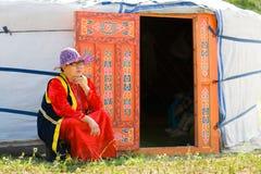 Mongolische Frau Buryat durch yurt Lizenzfreie Stockbilder