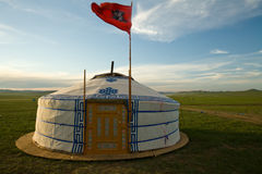 Mongolische Ger wth Himmel-Markierungsfahne Stockfotos