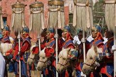 Mongolische Kavallerie und neun weiße Yakhecks Stockbild