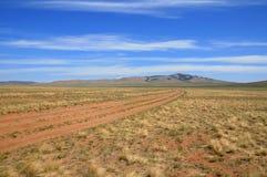 Mongolische Landschaft mit Nomadestraße Lizenzfreies Stockfoto