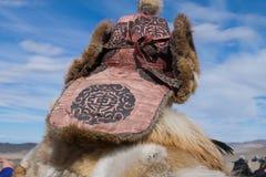 Mongolischer Mann, der den Horizont schaut lizenzfreie stockfotos