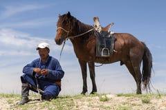 Mongolischer Mann und Pferd Lizenzfreie Stockfotos