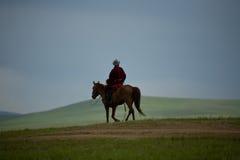 Mongolischer Nomade auf Pferdenhimmel Lizenzfreies Stockfoto