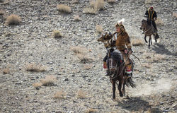 Mongolischer Nomadeadlerjäger auf seinem Pferd Lizenzfreies Stockbild