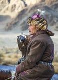 Mongolischer Nomadeadlerjäger auf seinem Pferd Lizenzfreie Stockfotografie