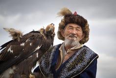 Mongolischer Nomadeadlerjäger mit seinem Adler Stockbild