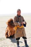 Mongolischer nomadischer Hirt mit seinem Kamel Stockbilder