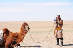 Mongolischer nomadischer Hirt mit seinem Kamel Lizenzfreie Stockfotos