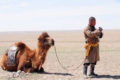 Mongolischer nomadischer Hirt mit seinem Kamel Stockfotos