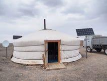 Mongolisches Ger oder yurt, mit Sonnenkollektor und Satellitensch?ssel stockbild