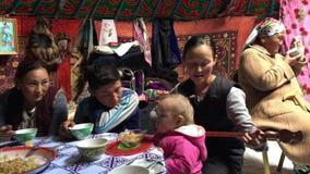 Mongolisches Mädchen singt das Begleiten auf einem traditionellen mongolischen Musikinstrument stock footage