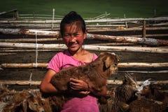 Mongolisk flicka med geten Royaltyfri Fotografi