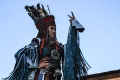 Mongolisk kvinna i medicinman- och häxadräktdanser på etapp i bergen Tyva folkdanser arkivfoto