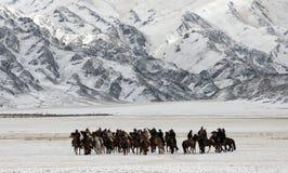 Mongoliska hästryttare i bergen under festivalen för guld- örn royaltyfria foton