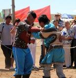 Mongolscy młodzi człowiecy mocuje się w w stepie blisko Hohhot Obrazy Royalty Free