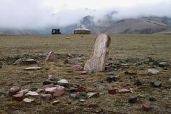 Mongolska jurta w górach z anicent grobowem Fotografia Royalty Free