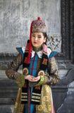 Mongolska kobieta w tradycyjnym stroju zdjęcia royalty free