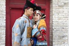 Mongolska para w tradycyjnym stroju zdjęcia royalty free