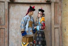 Mongolska para w tradycyjnym stroju obrazy stock