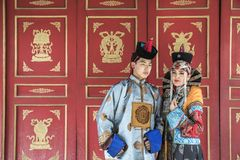 Mongolska para w tradycyjnym stroju obraz royalty free