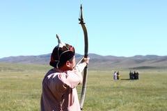 Mongolska łuczniczka strzela przy tradycyjnym Naadam festiwalem Obraz Royalty Free