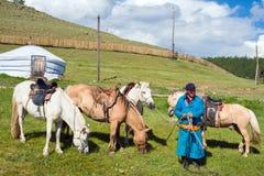 Mongolski mężczyzna oferuje horseback jazdę Obraz Stock