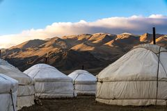 Mongolskie jurty przed górami i niebieskim niebem fotografia royalty free