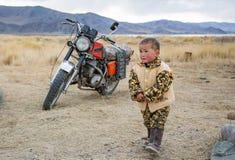 Mongools nomadekind in Mongoolse toendra Royalty-vrije Stock Afbeelding