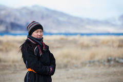 Mongoolse nomadedame in Mongoolse toendra Royalty-vrije Stock Afbeeldingen