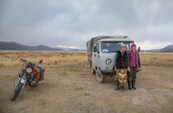 Mongoolse nomadefamilie in Mongoolse toendra Stock Fotografie