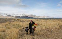 Mongoolse nomademoeder en zoon in Mongoolse toendra Stock Afbeelding