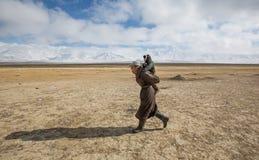 Mongoolse nomadevader en zoon in Mongoolse toendra Stock Afbeelding