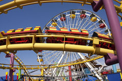 Monica-Pier-Karnevals-Unterhaltungthrill-Fahrten Lizenzfreies Stockbild