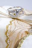 Monili - anelli sul contenitore di regalo Immagine Stock